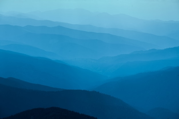 ウクライナの青い山 Premium写真