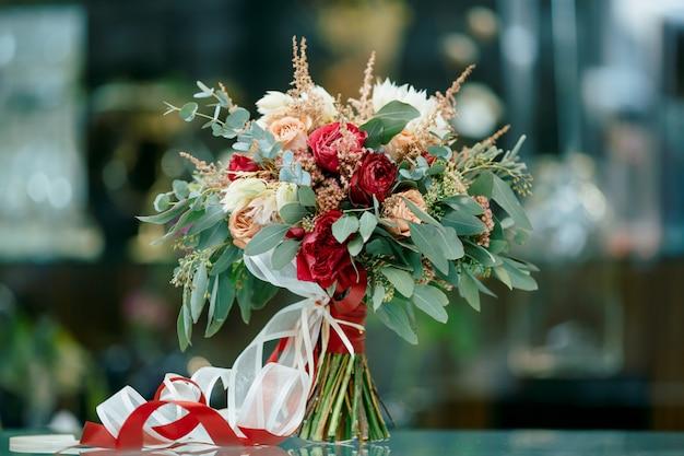 新鮮な花の美しいブライダルブーケ Premium写真