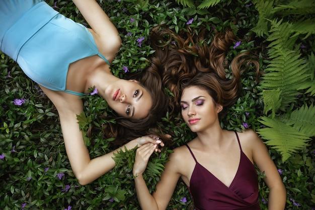 Весенняя красота портрет фото двух женщин на природе Premium Фотографии