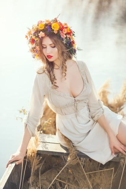 ボートに座っている美しい女性 Premium写真