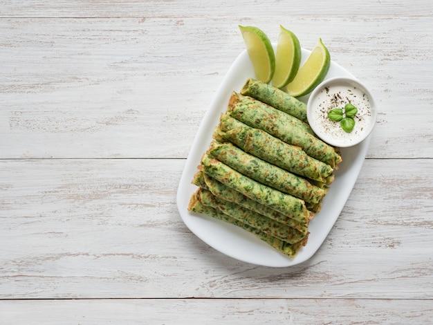 ほうれん草アダイ-インドの緑のパンケーキ。ラマダン料理の背景 Premium写真