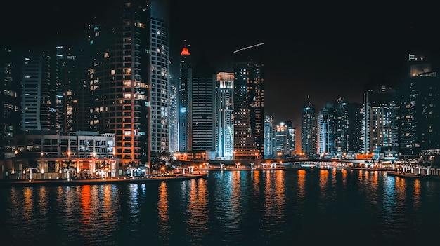 Прекрасный вид на огни ночного города. ночной вид на дубай. Premium Фотографии
