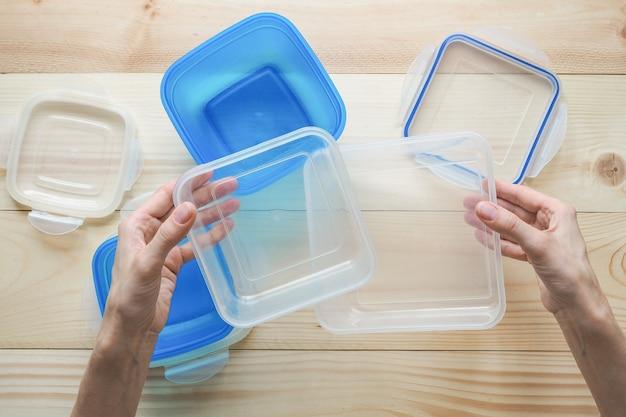 プラスチック容器での輸送と保管のプリフォーム。プラスチック容器にパイ。 Premium写真
