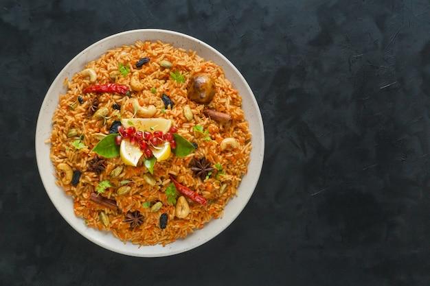 Рамадан еда. вегетарианская кабса с рисом, орехами и овощами. Premium Фотографии