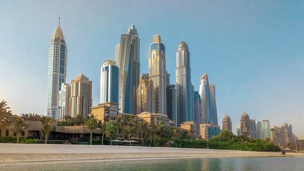 Променад дубай марина. пляж и небоскребы города. дубай. Premium Фотографии