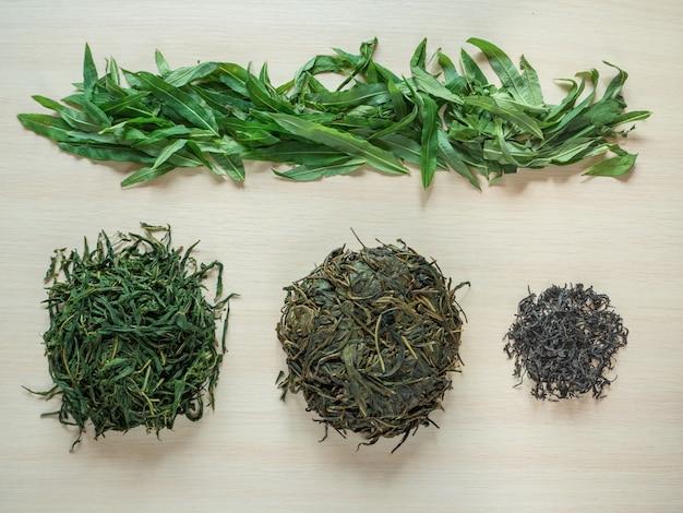 発酵茶葉の生産段階。発酵イヴァン茶。 Premium写真