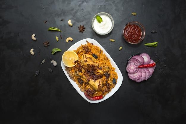 チキンマクブスアルタヘラ、アラビア地域の伝統的な料理。中東の食べ物。 Premium写真