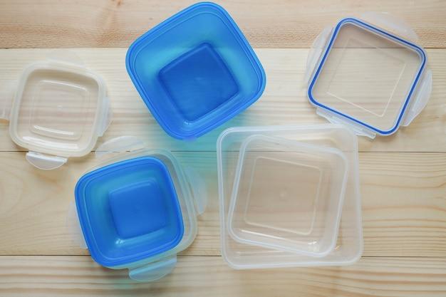 プラスチック容器での輸送および保管用のプリフォーム。プラスチック容器にパイ。 Premium写真