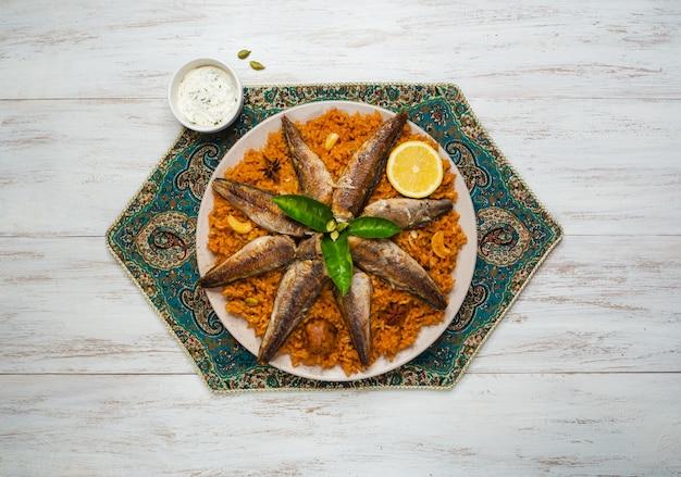 魚のビリヤニ。サウジアラビアの魚カブサ。 Premium写真