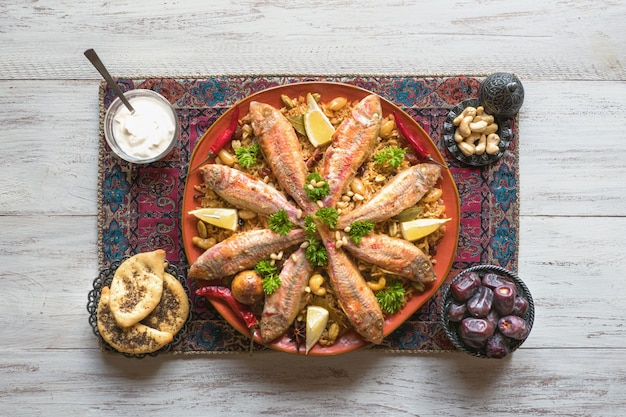 魚ビリヤニ。サウジアラビアの魚カブサ。 Premium写真