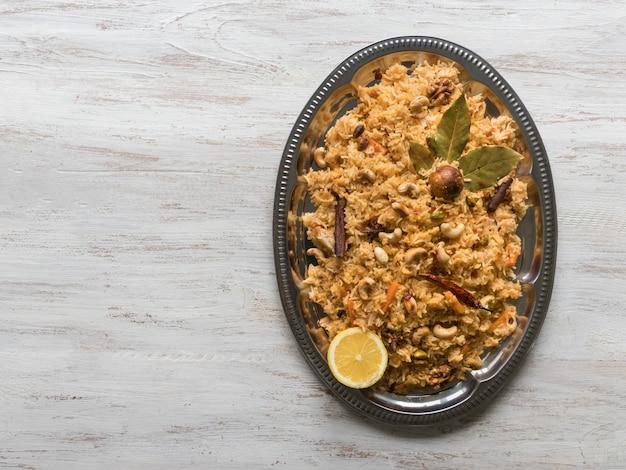 伝統的なアラビア語のバスマティライスと野菜。アラビア料理。野菜ビリヤニ Premium写真