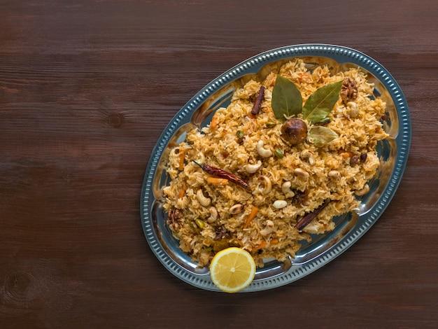 伝統的なアラビア語のバスマティライスと野菜。アラビア料理。野菜ビリヤニ。トップビュー、コピースペース Premium写真