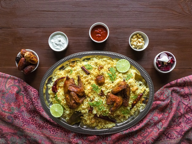 自家製チキンビリヤニ。アラビアの伝統的な食べ物は肉とカブサをボウルします。上面図 Premium写真
