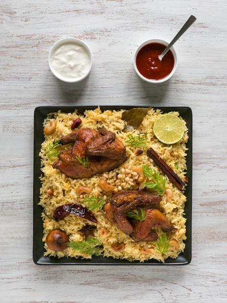 アラビアの伝統的な料理ボウルカブサ肉 Premium写真