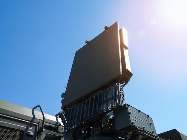 防空システムのアンテナ Premium写真