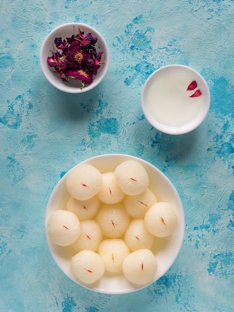 有名なインドの甘い食べ物、スポンジラスガラのお菓子。上面図。 Premium写真