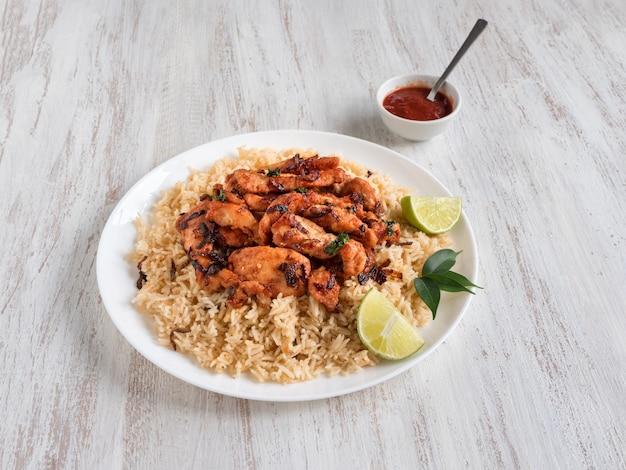 自家製チキンビリヤニ。アラビアの伝統的な料理ボウルカブサ肉 Premium写真