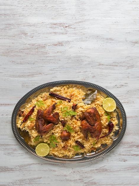 自家製チキンビリヤニ。アラビアの伝統的な食べ物は肉とカブサをボウルします。 Premium写真