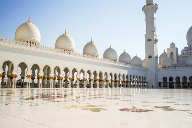 アブダビ。有名なシェイクザイードグランドモスク。 Premium写真