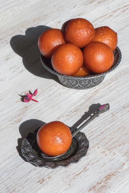 インディアングラブジャムンデザート。ボウルに盛られた甘い上面図 Premium写真