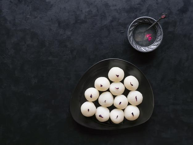 有名なインドの甘い食べ物、スポンジラスガラ菓子。上面図 Premium写真