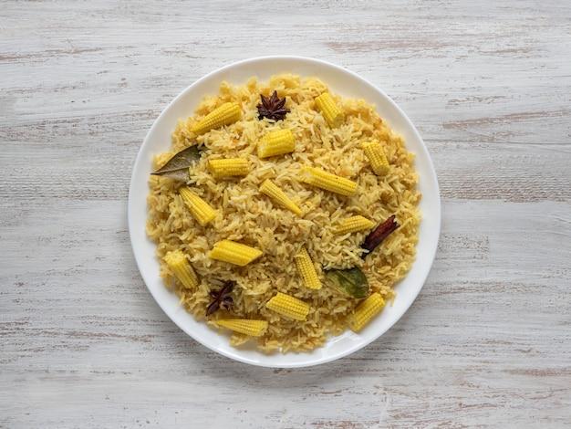 ベビーコーンプラオ。ベジタリアンビリヤニ、インド料理 Premium写真