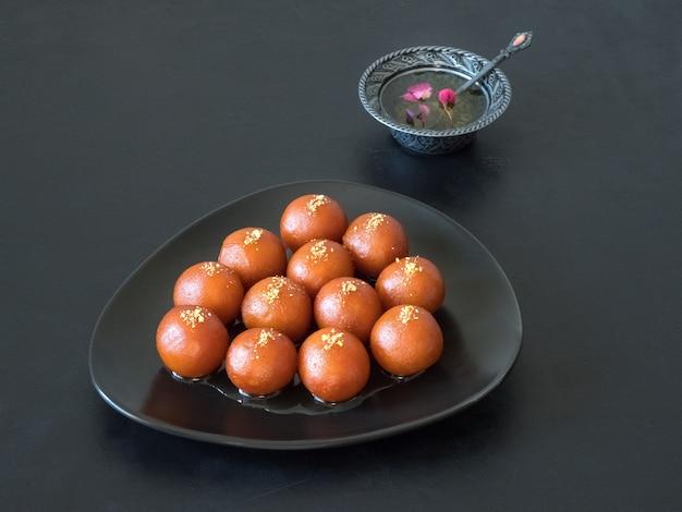 伝統的な甘いガラブジャムン、インドのお菓子 Premium写真