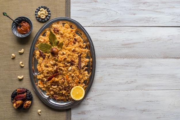 野菜ビリヤニ、黒いテーブルの上のベジタリアン料理。トップビュー、コピースペース Premium写真