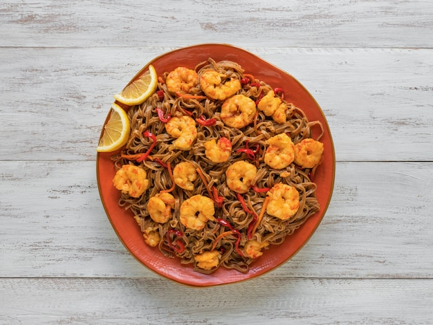 Жареная лапша с креветками и овощами Premium Фотографии
