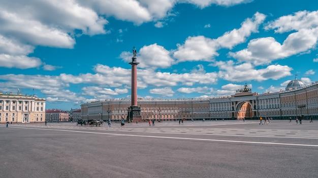 Панорамный летний вид на дворцовую площадь в санкт-петербурге Premium Фотографии