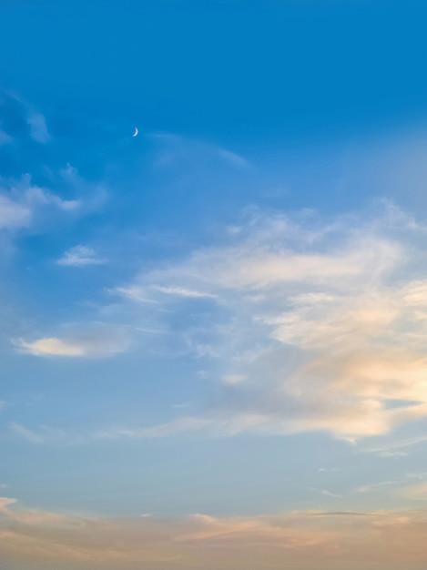 小さな三日月と夕方の青い空 Premium写真