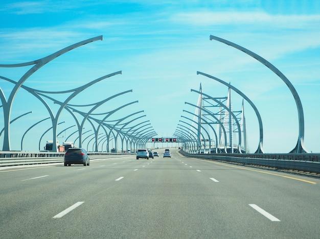 Скоростное городское шоссе в солнечный день Premium Фотографии