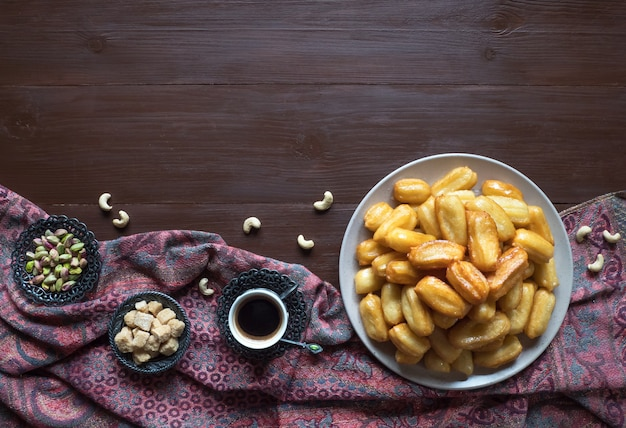 Тулумба татлиси - традиционные турецкие десерты тулумба. праздник арабских сладостей ид рамадан. Premium Фотографии