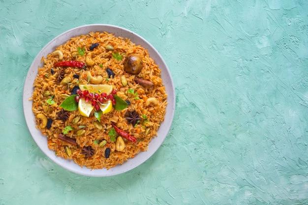 ベジタリアンピラフのプレート。アジア料理。上面図。 Premium写真