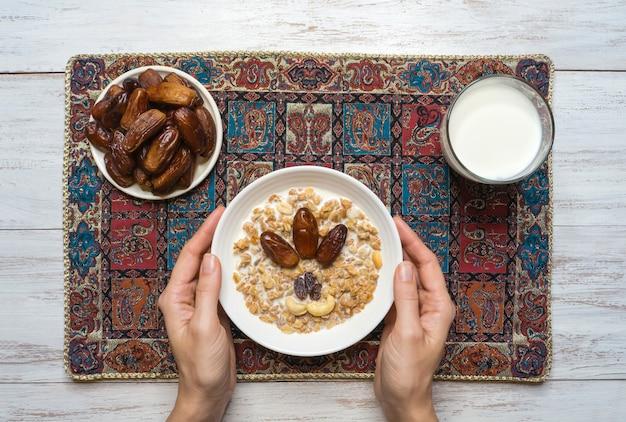 グラノーラと日付。アラビア語のミューズリーと日付。ラマダン料理。 Premium写真