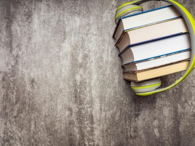 Куча книг с наушниками. вид сверху Premium Фотографии