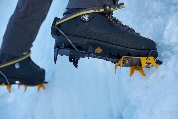 アイスクライマー、凍った冬のクライマーに足のクローズアップ Premium写真