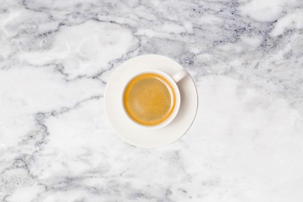 Кофейная чашка на мраморном столе сверху. Premium Фотографии