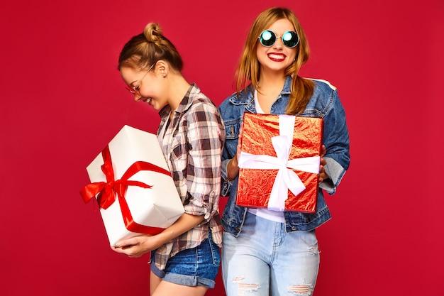 Модели с большими подарочными коробками Бесплатные Фотографии