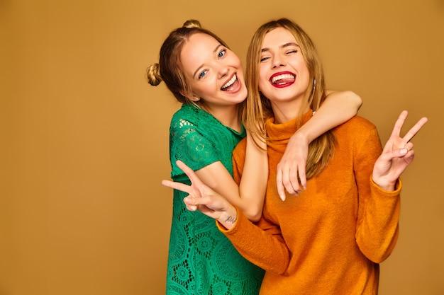 Позитивные модели позируют со своими платьями Бесплатные Фотографии