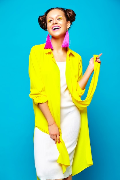 カジュアルな夏服のファッション女性 無料写真