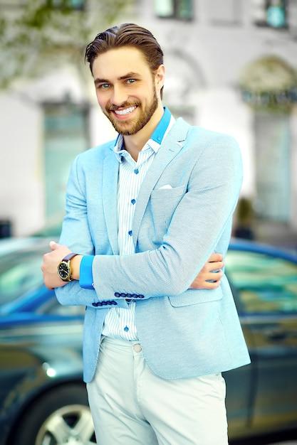 通りで青いスーツ布ライフスタイルで若いスタイリッシュな自信を持って幸せなハンサムな笑みを浮かべて実業家モデル男 無料写真