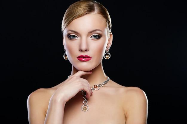 赤い唇を持つ若い女性モデル 無料写真