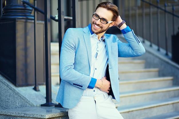 通りで青いスーツのビジネスマン 無料写真