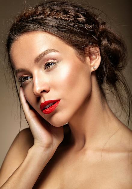 新鮮な毎日のメイクと赤い唇を持つ女性 無料写真