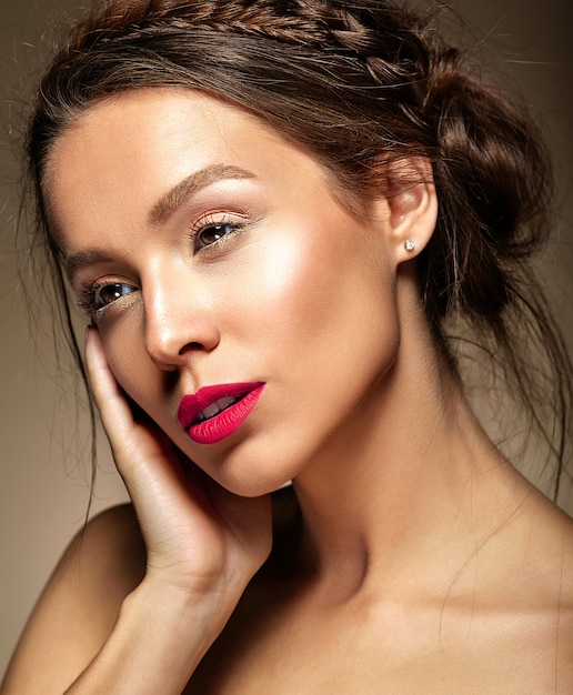 新鮮な毎日の化粧と赤い唇の美しい女性 無料写真