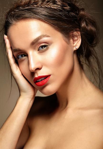 赤い唇と波状の髪型を持つ若い女性 無料写真