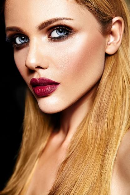 Чувственный гламур портрет красивой блондинки модели леди со свежим ежедневным макияжем с красными губами цвета и чистой здоровой кожи Бесплатные Фотографии