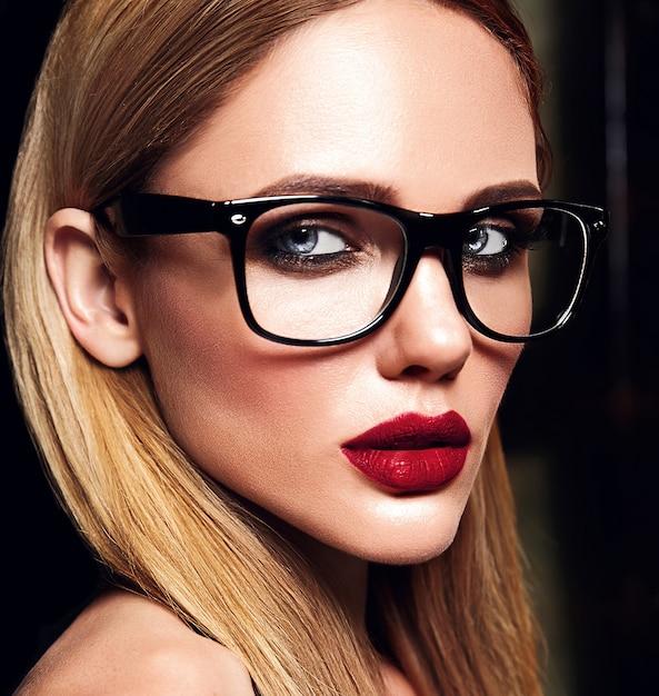 Чувственный гламур портрет красивой блондинки модели со свежим ежедневным макияжем с красным цветом губ и чистой здоровой кожей в очках Бесплатные Фотографии