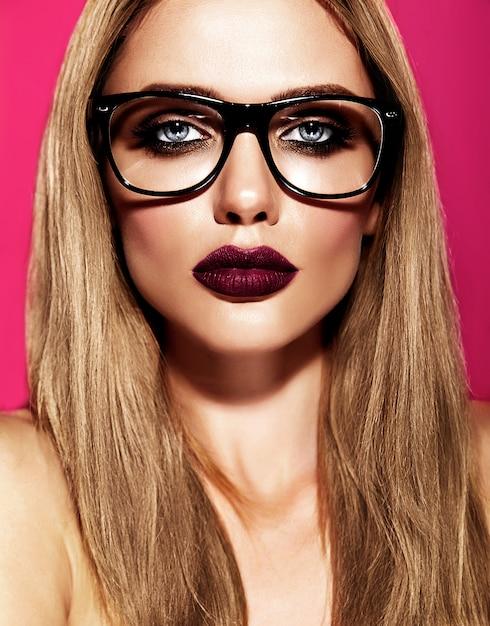 Горячая красивая блондинка модель со свежим ежедневным макияжем с темно-фиолетовым цветом губ и чистой здоровой кожей в очках Бесплатные Фотографии